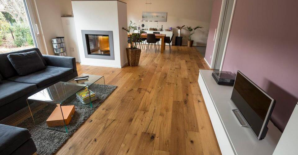 Parkettboden im Wohnraum mit Ofen