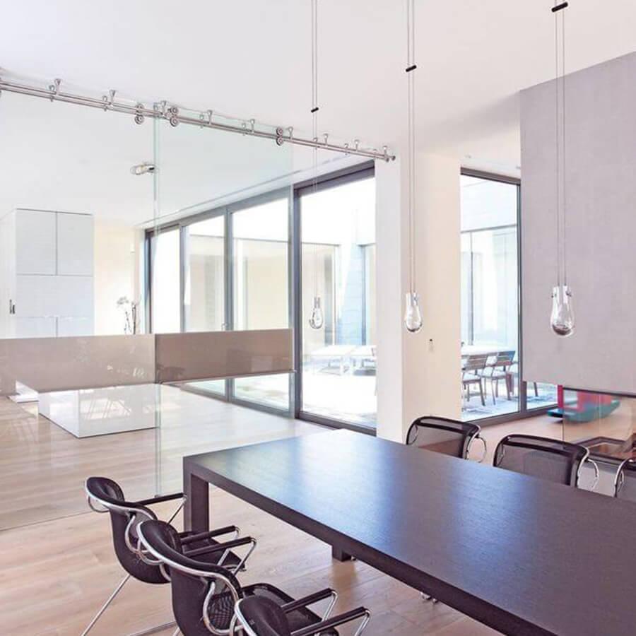 Schiebetür aus Glas in hellen Büroräumen